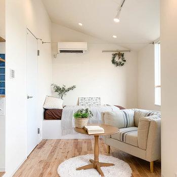 それでは奥のベッドスペースへ。ちなみに上部にはワイヤーがあり、カーテンなどを取り付けられる作りになっています。※家具雑貨はサンプルです。