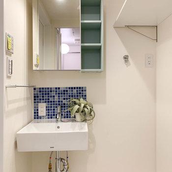 洗面台の鏡うらも収納になっています。※家具雑貨はサンプルです。