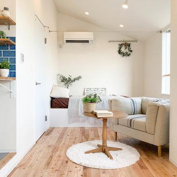 土間から一段、小下がりで無垢床です。※家具雑貨はサンプルです。
