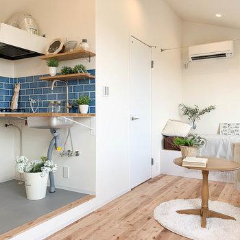 キッチンの裏手の扉は、脱衣所につながっています。※家具雑貨はサンプルです。