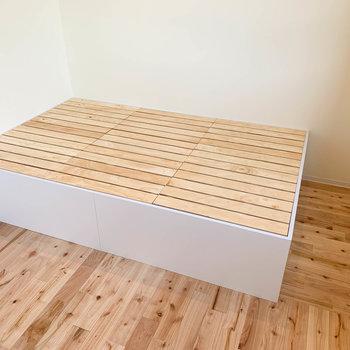 奥には備え付け、通気性の良いすのこのベッドフレームがあります。セミダブルのマットレスくらいまで、余裕を持って置けます。