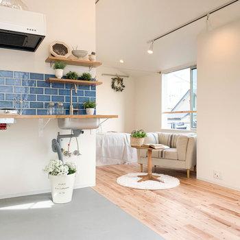 無垢床と土間キッチン。※家具雑貨はサンプルです。