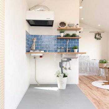 土間スペースにキッチンがあります。※家具雑貨はサンプルです。