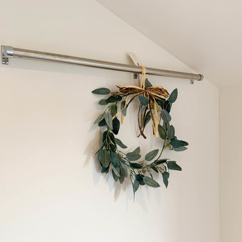 ベッドの上部分にも、ハンガーやドライフラワーなどを飾れるポールが。※家具雑貨はサンプルです。