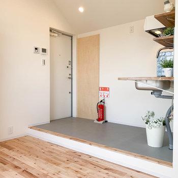 では最後に玄関スペースへ。キッチンの向かいが玄関です。※家具雑貨はサンプルです。