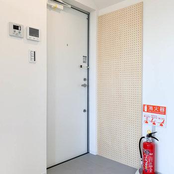 玄関横には有効ボード。フックや棚を取り付ければ、鍵などのい置き場にも。