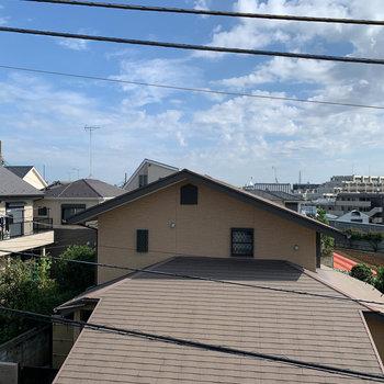 窓からの眺望は住宅街です。