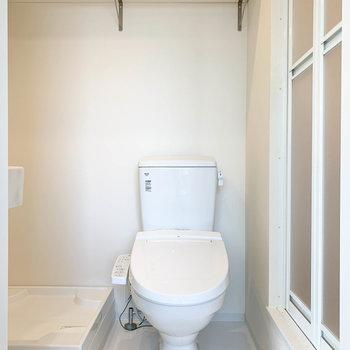 さて脱衣所へ。トイレ、洗濯機置き場の上部は棚になっています。