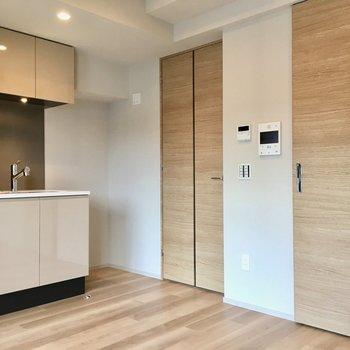 冷蔵庫はキッチンの左側に。
