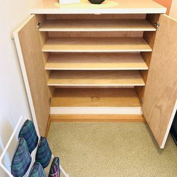 靴いっぱい入ります(※写真は2階の反転間取り別部屋、モデルルームのものです)