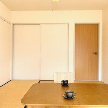 色使いもシンプルに(※写真は2階の反転間取り別部屋、モデルルームのものです)