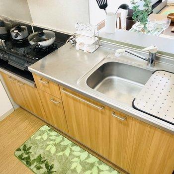 充実したキッチンは生活の癒やし(※写真は2階の反転間取り別部屋、モデルルームのものです)