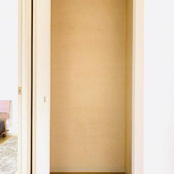 キッチン横にも収納が(※写真は2階の反転間取り別部屋、モデルルームのものです)