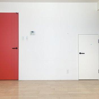 【リビング】赤の扉から2階へ