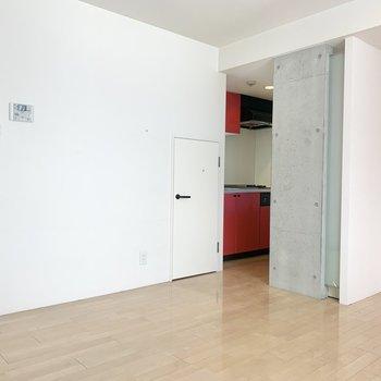 【リビング】キッチン横に収納があります
