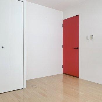 【洋室南側】扉を開けて、正面の脱衣所へ