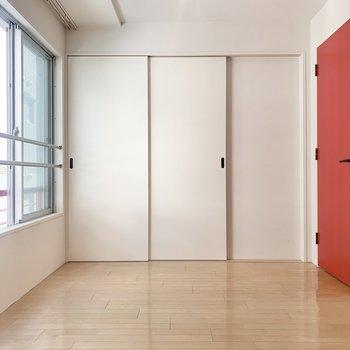 【洋室北側】フローリングは優しい木の色味なので、机も木製のもので合わせたいな