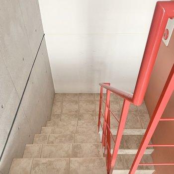 階段の段差は幅が狭め