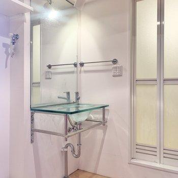 洗面台は透明でさわやか※写真はクリーニング前のものです