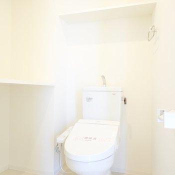 トイレは洗面所に!広めの棚が2つもあるので、収納ケースを活用してスッキリさせたいところ。