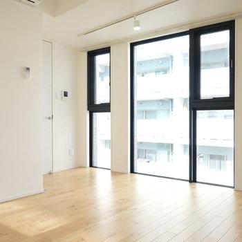 無垢床に天井まである窓!黒い縁なので、黒脚の家具がよく似合いそう!