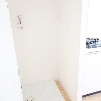 洗濯機置き場はキッチン左手にあります!