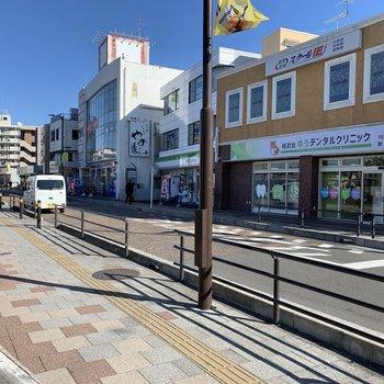 駅前にはコンビニが数店舗。