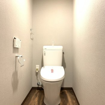 ウォシュレットのリモコンも壁付けタイプで清潔ですね。