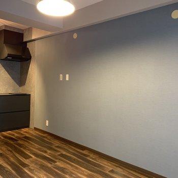 グレーの壁紙がお部屋全体を調和していますね。