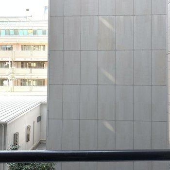 ベランダのある東側は建物なので、人の目は気になりませんね。