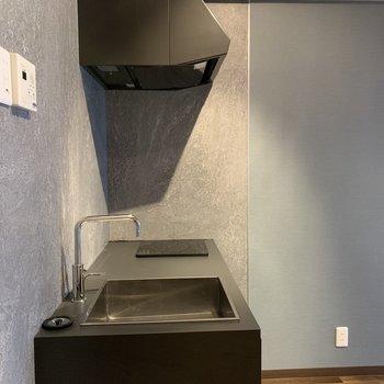 ストーン柄の壁紙と無機質なブラックのキッチンがかっこいい!