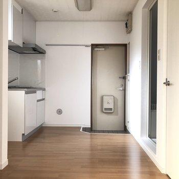 お部屋から見たキッチンルームになります。スペースにゆとりがあります。※写真は通電前のものです