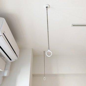 エアコン前に室内物干し。お洗濯はこちらか浴室乾燥機で。