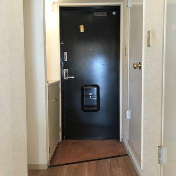 玄関ドアはブラック!※写真は清掃前のものです