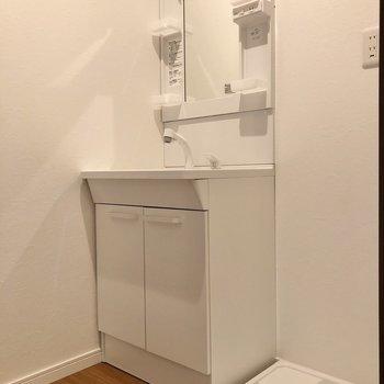 一新された水回りを見ていきましょう!まずは洗面台と洗濯機置場です