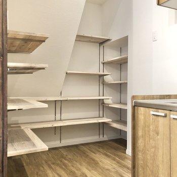 【LDK】横にある棚に食器を並べると、お店のようなディプレイが楽しめそう