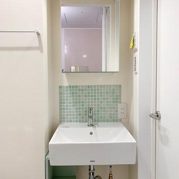 洗面台の鏡うらも収納になっています。