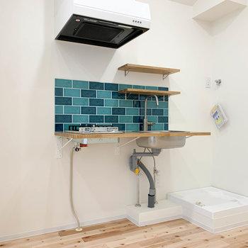 キッチンの右側に洗濯機置き場、左側に冷蔵庫が置けます。