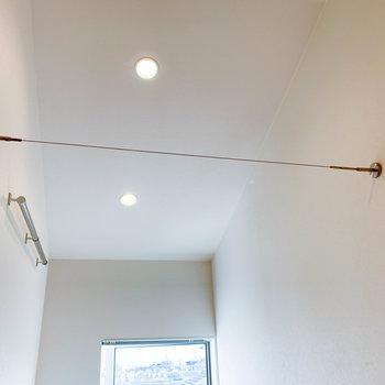 上部にはワイヤーがあり、カーテンなどを取り付けられる作りになっています。