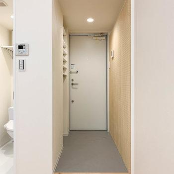 では最後に玄関スペースへ。脱衣所の右側が玄関です。