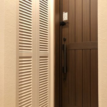 お向かいには何やら白い扉が……