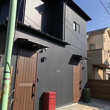 ブラックのスタイリッシュな外観です。ヴィンテージ風の緑と赤の宅配ボックスも素敵