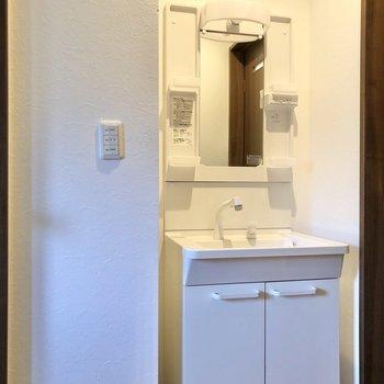 一新されたサニタリールームへ。まずは洗面台がお出迎えしてくれます