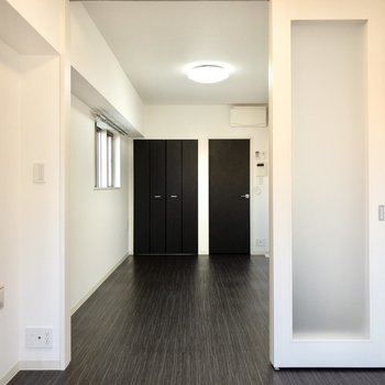 【洋室】扉を開けるとゆったり開放感。