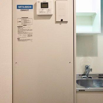 オール電化の給湯器がキッチンお隣に。