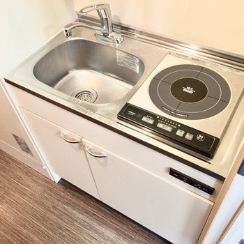 お掃除ラクラクなIH。調理スペースはシンクボード等で確保しましょう。