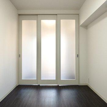 【リビング】洋室側からの光も入り込んでくれます。