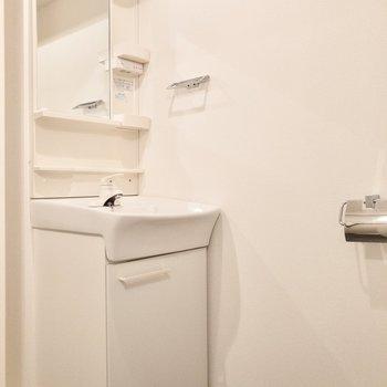 スッキリコンパクトサイズの洗面台。