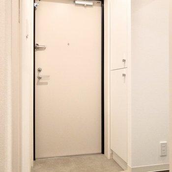 玄関は部屋の中が見えない位置に。