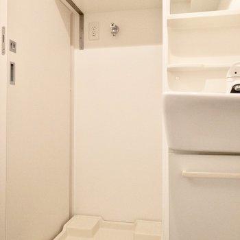 洗面台お隣に洗濯機置き場があります。